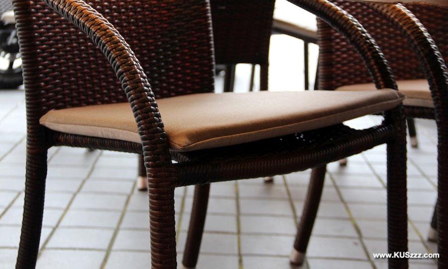 Terrasstoelen buitenstof Tuvatextil Acrisol Liso Marron Claro 3 (Kuszzz – IJssalon De Munt in Valkenburg)
